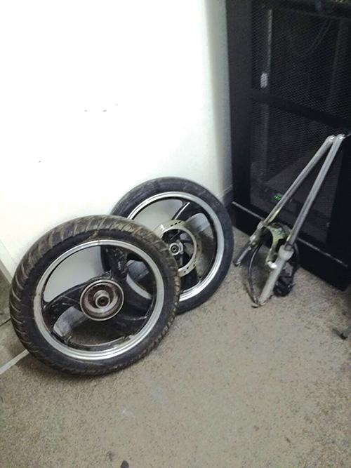 Man vas met motorfietswiele