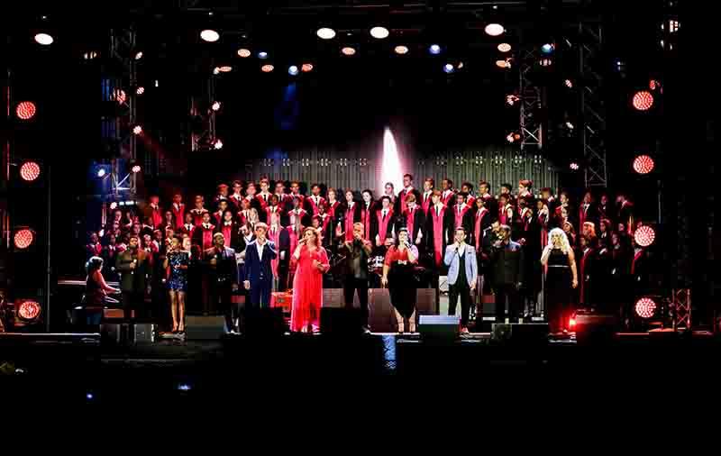 Die Ad Astra-koor van die Hoërskool Oudtshoorn tydens hul optrede by die die 2016-KKNK saam met van die land se voorste kunstenaars.             Foto: Hans van der Veen