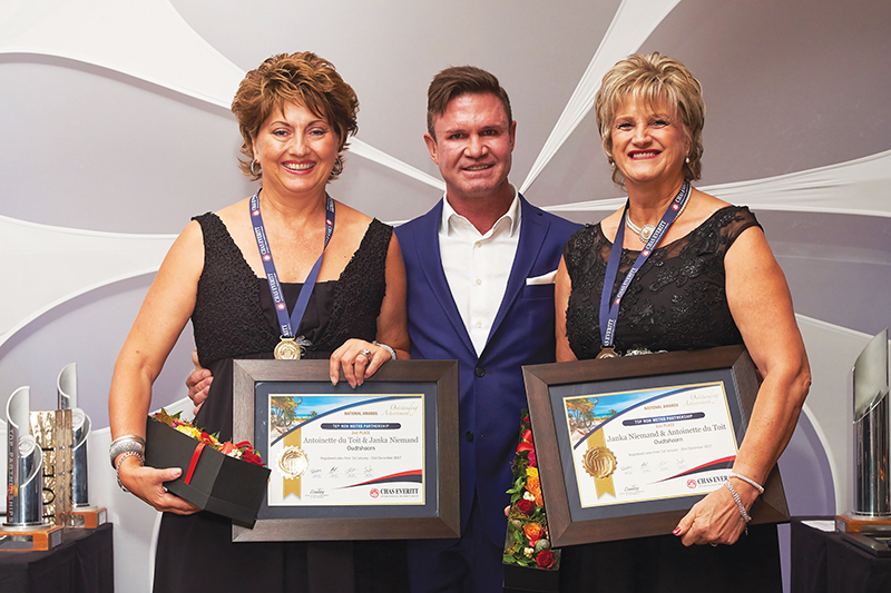 1ste in die Streek en 2de in die Land Van links is Antoinette du Toit, Berry Everitt (CEO Chas Everitt International Property Group) en Janka Niemand.