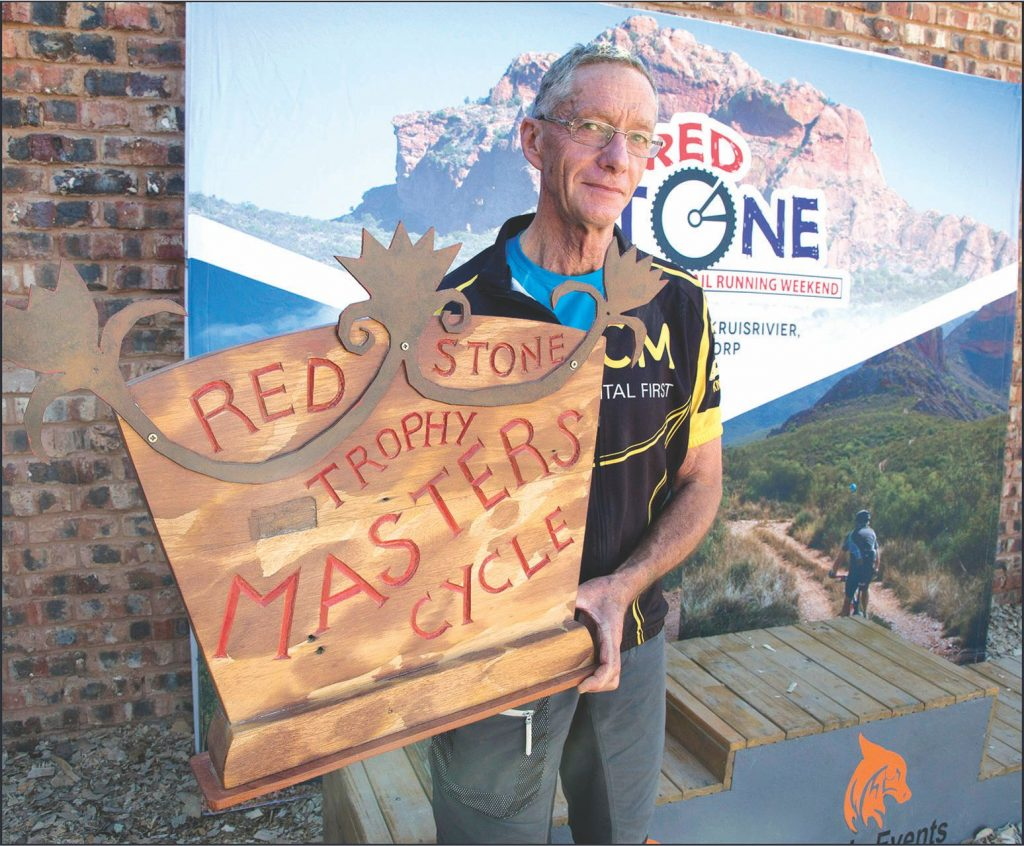 Fred van Zyl (71) met die Redstone Meesterstrofee wat hy  ge-wen het.  Foto: Roger Young