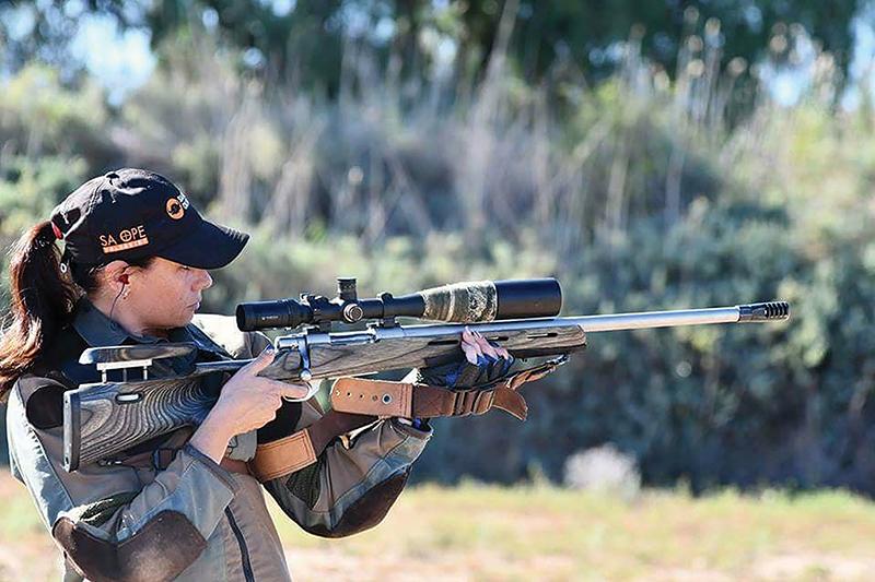 Junita van Zyl met haar jaggeweer waarmee sy aan jaggeweerskiet deelneem.