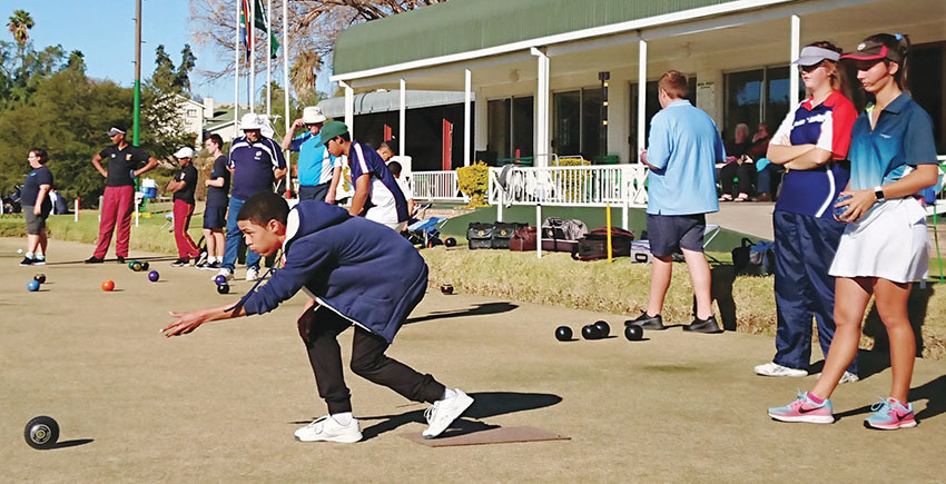 Twintig spanne vanoor die Suid-Kaap, onder wie twee spanne van Oudtshoorn, het Saterdag en Sondag, 23 en 24 Ju-nie, aan die Rolbal Jeugtoernooi op die bane van die Oudtshoorn Rolbalklub deelgeneem. Die toernooi was deel van die Oudtshoorn Sportfees. Die o.15- en o.20-span van George het hul ouderdomsgroep  gewen. Daar sal in September 'n soortgelyke toernooi gehou word waaraan 192 leerders gaan deelneem.  Op die foto links maak een van die deelnemers gereed om die bal te rol.  Foto links: Angelique Erasmus
