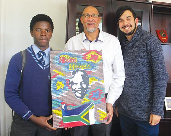 MANDELA-skildery op Mandeladag aan burgemeester geskenk