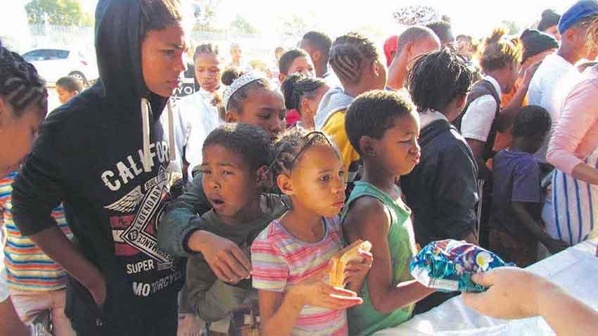 Ondersteuningsgroep gee sop vir kinders