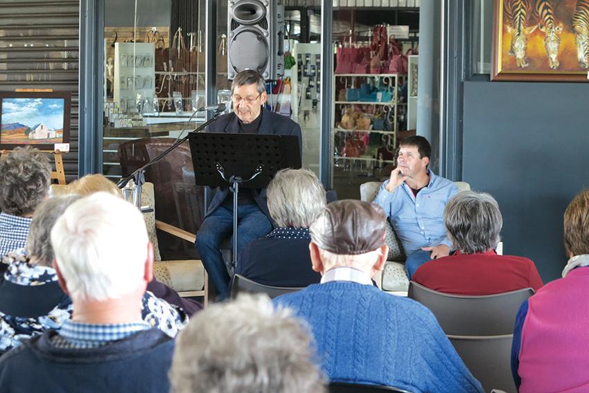 Paul Eilers betower tydens etensuurkonsert by Klein Karoo Emprium
