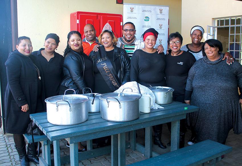 Mej-volrond organiseerders in samewerking met GCIS, Suid-Kaap deel  warm sop en broodjies by Thusong sentrum uit aan inwoners