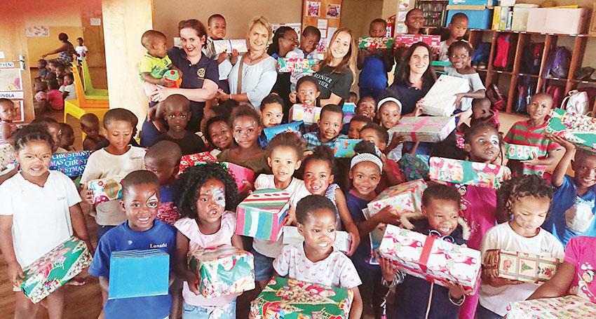 Oudtshoorn Rotariërs deel 'Krismisbokse' uit