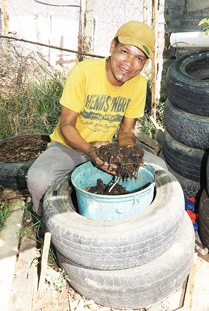 Booi Nace maak organiese kompos met erdwurms