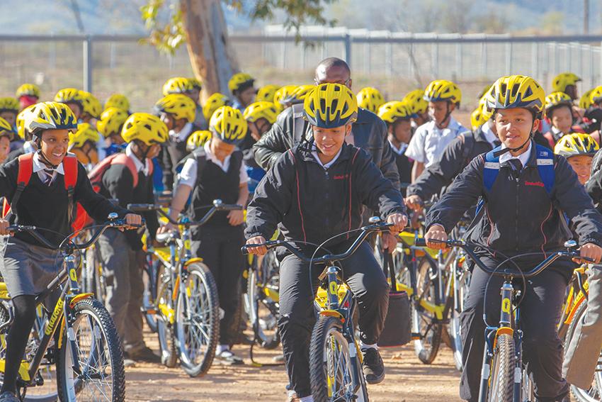 Jan Braai oorhandig 200 fietse aan Hoërskool Calitzdorp