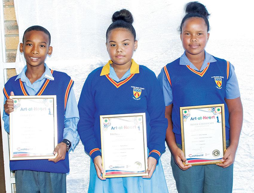 Sacred Heart leerders ontvang sertifikate by Cashbuild-kunskompetisie