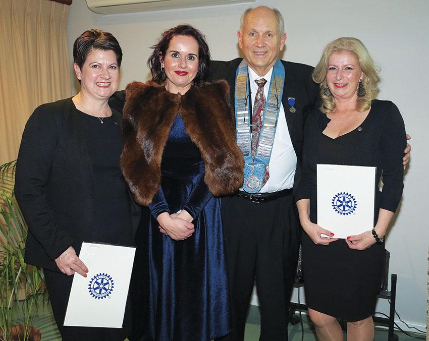 Nuwe Rotariër-president en lede ingehuldig